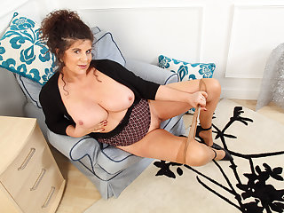 English milf Gilly pleasures her nipples and fanny