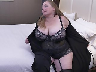 Buxom mature BBW Lindy Lust masturbates with a dildo