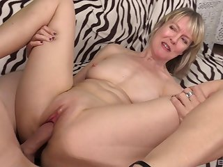 Mature amateur blonde MILF Jamie Foster blows cock