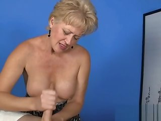 Sexy amateur gilf jerking