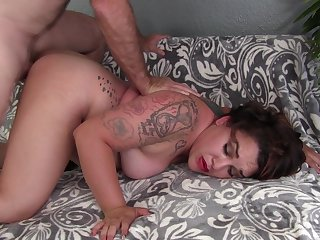 Married bitch tries having her pussy torn apart on cam