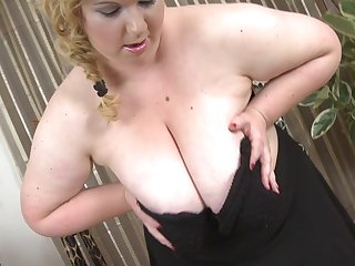 Huge Breasted Mature Bbw Playing With Her Wet Pussy - MatureNL