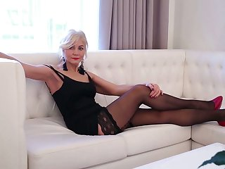 Sexy mature woman in red shoes and stockings Sylvie can't control her libido