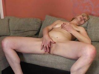 Snazzy experienced female masturbate on camera